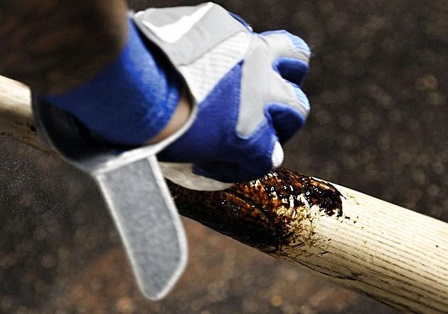 putting pine tar on baseball bat